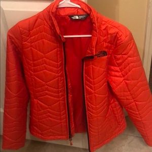 THE NORTH FACE ORANGE PUFFER JACKET SIZE small